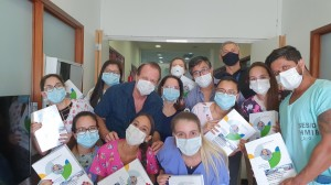 Residentes e Staffs da neonatologia do HIB eceendo o Livro Assistência ao Recém-Nascido de Risco, em , 26/3/2021