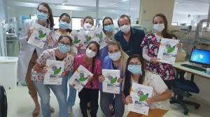 Residentes de Neonatologia recebendo a 4a Edição do Livro Assistência ao Recém-Nascido de Risco, em 26/3/2021