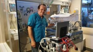 Dr.Paulo R. Margotto- Realizando ultrassonografia cerebral na UTI Neonatal do Hospital Santa Lúcia (15/10/2019)